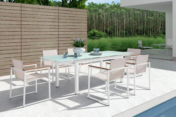Comedor Avery. Con materiales elegantes y resistentes, de alta calidad. Este comedor de exterior se destaca en su comodidad y funcionalidad para que los invitados disfruten al máximo del espacio y el momento.