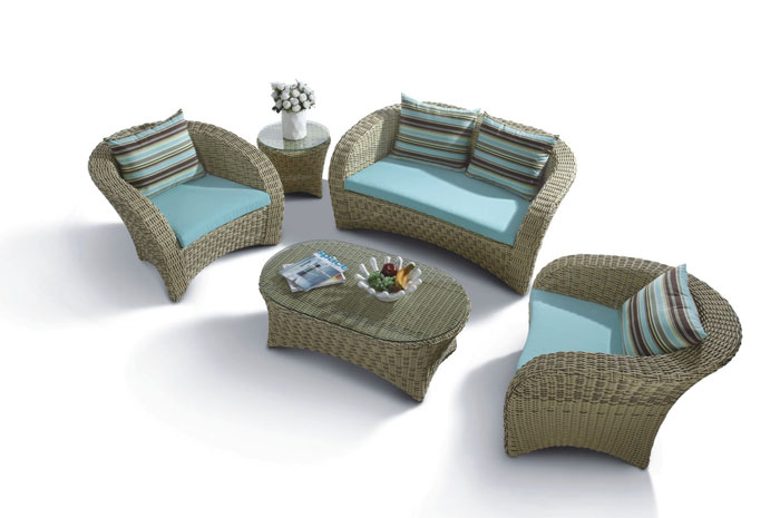Sala Camila. Sala para exterior, tejida a mano en PE Viro Ratán con Estructura de Aluminio, sala en color natural con vidrio en ambas mesas.  Muebles para terrazas.