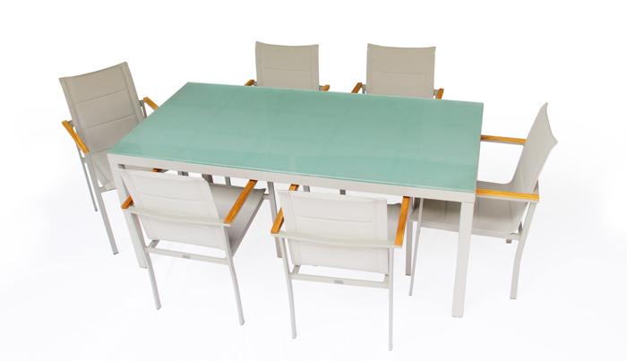 Comedor Miranda. El diseño único y moderno del comedor Miranda es ideal para que esté en tu espacio exterior. Muebles para terrazas. Estructura de aluminio, pintada con recubrimiento especial para exterior. La mesa va forrada de malla textilene.  Las sillas llevan madera de Teca natural en antebrazos.