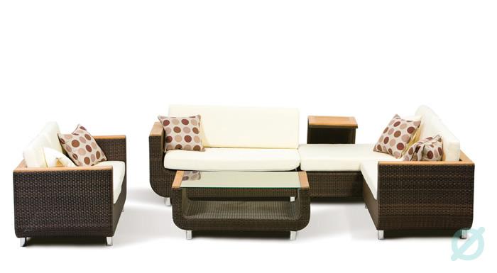 Sala Victoria. Sala para 6 u 8 personas. Tejida a mano en PE Viro Ratán, estructura de aluminio y antebrazos con manera de teca. La mesa de centro lleva cubierta de vidrio templado que le da un diseño diferente.  Muebles para exteriores.